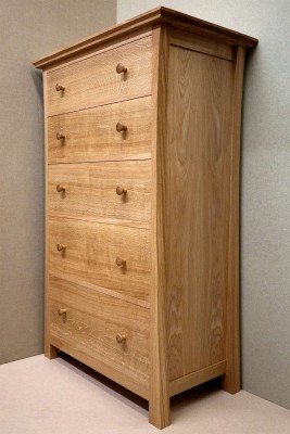 Side of the oak chest of drawers.